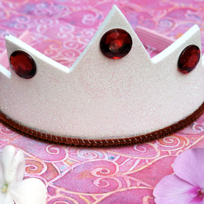 Make this felt snow white crown with your kids before your next movie night