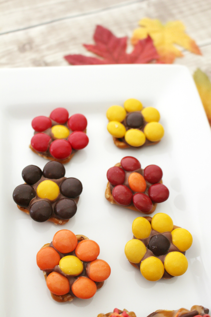 Autumn Pretzel Flower Candies - these are so easy! And are such a great addition to your fall party table