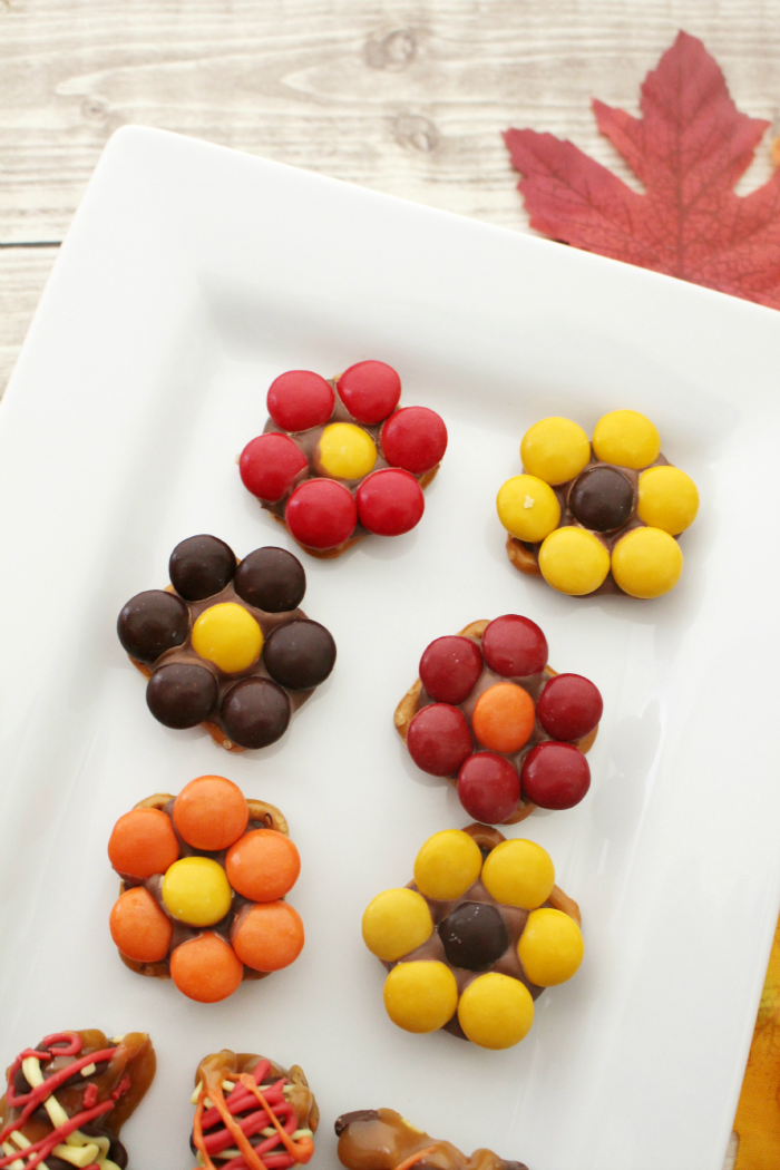 Fall snack ideas -- cute little pretzel flowers, can make these in just minutes!